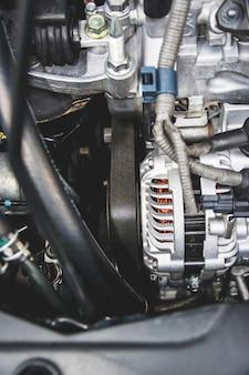 エンジンベルトのクローズアップは、さまざまな技術的用途で使用される材料のストリップです。