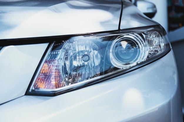 自動車の前のヘッドライト