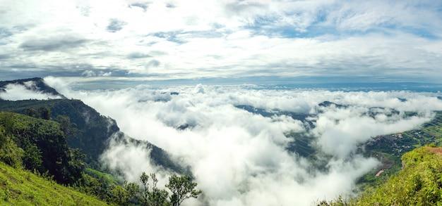 タイの山の頂上で最も高いポイントから撮影した街を覆う雲のパノラマビュー。