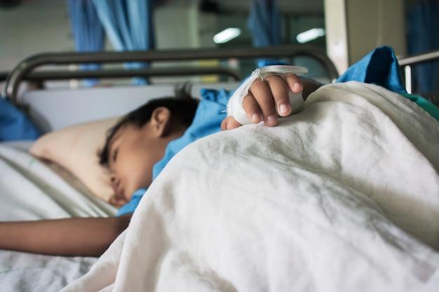 病院で病気の少年