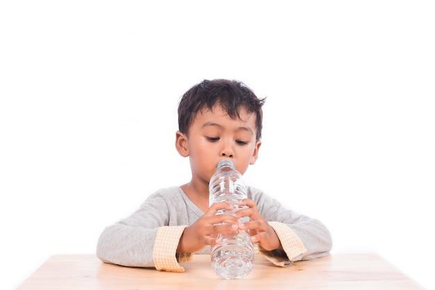 小さな男の子は水を飲む
