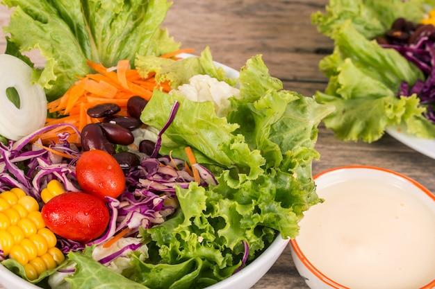 木製の背景に野菜サラダ