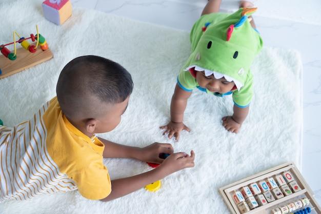 かわいい二人の兄弟が部屋で遊ぶ