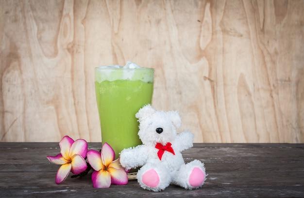 テーブルの上の緑茶氷
