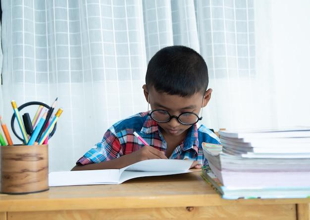 かわいい小さな男の子が自宅で勉強
