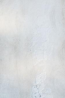 滑らかな質感の白い壁面