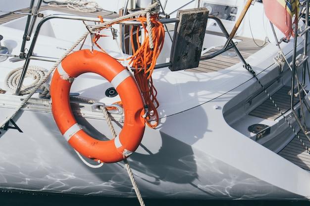 夏の日ヨット救命浮輪