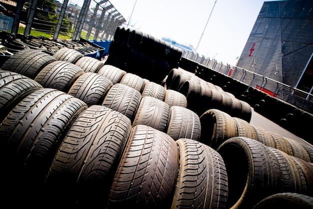 太陽に積もった古いタイヤとレーシングホイール