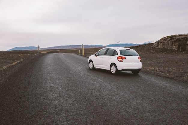 目の前に誰もいない野生の領土でアイスランドの孤独な道