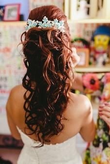 彼女の結婚式の日の女性の髪型、背中の花嫁。
