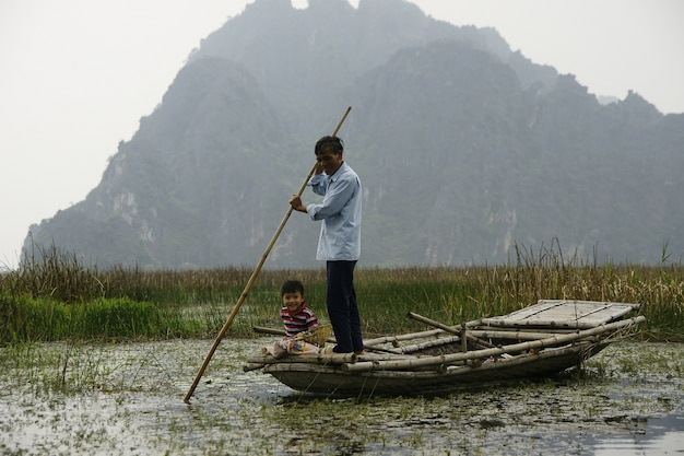 農村部のベトナムの農家や漁師。