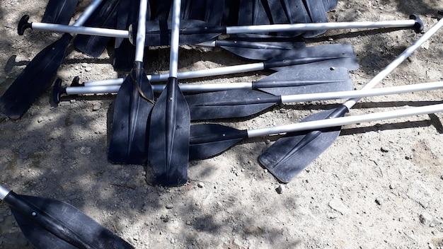 Весла из пластиковых каноэ на суше.