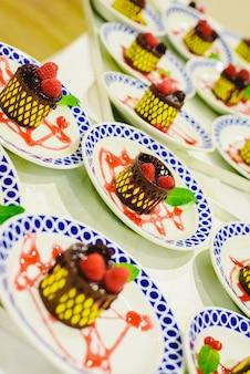 イベントでダイナーに提供されるように準備された冷凍デザート