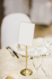 Пустой плакат на свадебном столе.