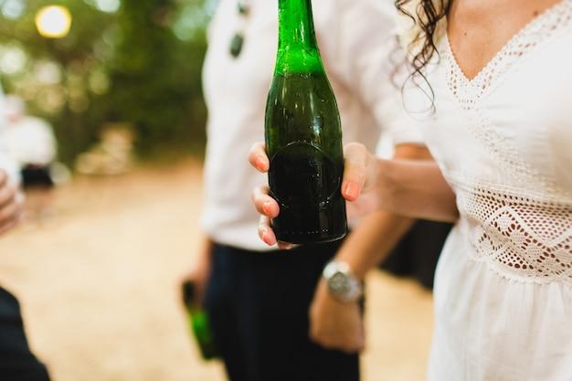 結婚式の間のドリンクと軽食。