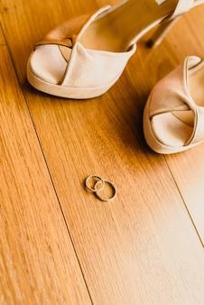 結婚指輪は、隔離され、テキストのためのスペース。