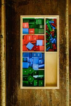 数学を教える数のある木箱