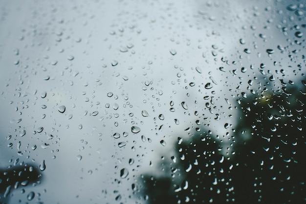 Капли дождя в осенний день на стакане.