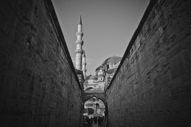アヤソフィアのモスクの壁を歩いているトルコの労働者