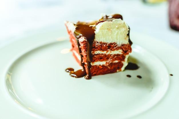 Кусок вкусного шоколадного торта на тарелке, заслуженный десерт для сладкого.
