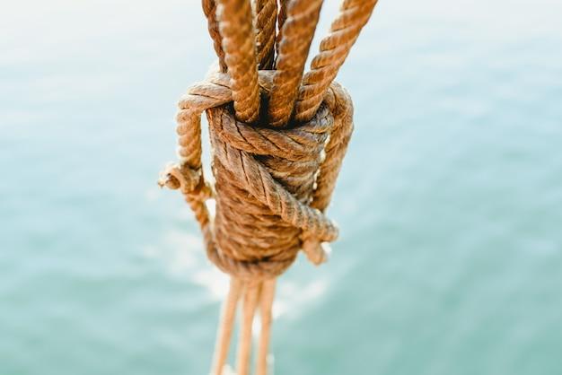 夏に航行するために古い航海船のリギングとロープ。