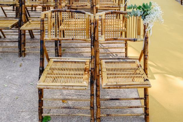 イベント中に木製のスティックで作られた快適な椅子