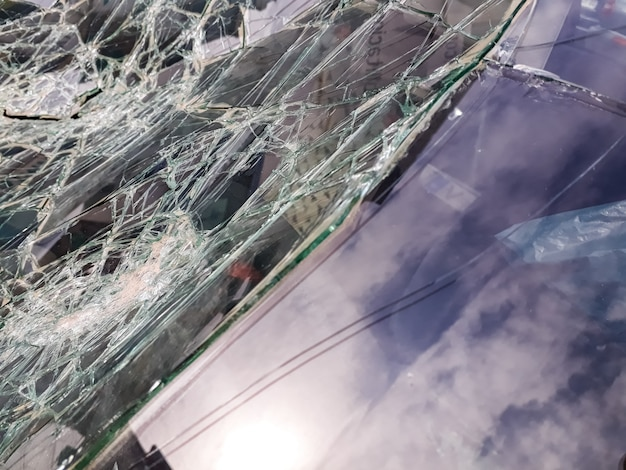事故で壊れた車のフロントガラス。