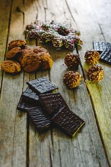 チョコレートクッキー、ジンジャーブレッドクッキー、クリーム色のミント入りダークチョコレート