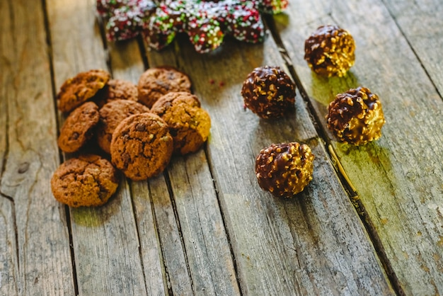 Небольшая куча шоколадного печенья на состаренных деревянных досках, рождественские сладости и шоколадный шоколад