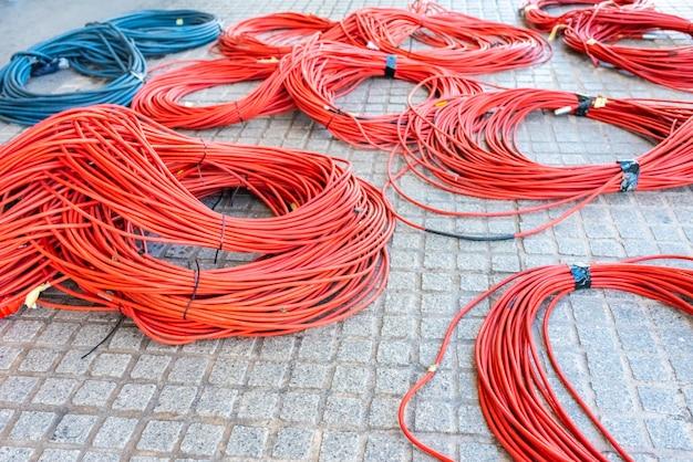 Большие рулоны кабелей для передачи данных готовы к подключению телевизионного центра обработки данных во время ретрансляции