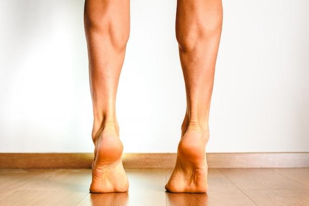 後肢の筋肉、ヒラメ筋および腓腹筋、運動選手の写真。