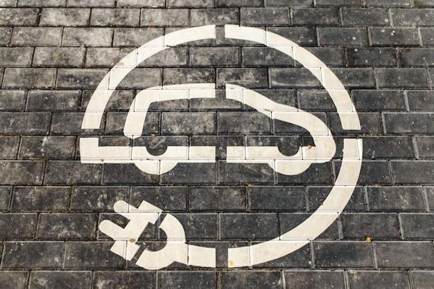 ヨーロッパのスーパーマーケットの駐車場にある無料の電気自動車充電ステーションの道路標識。