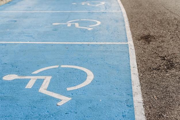 障害者用駐車場の看板が床に描かれている、移動性の低い人々の統合の例。