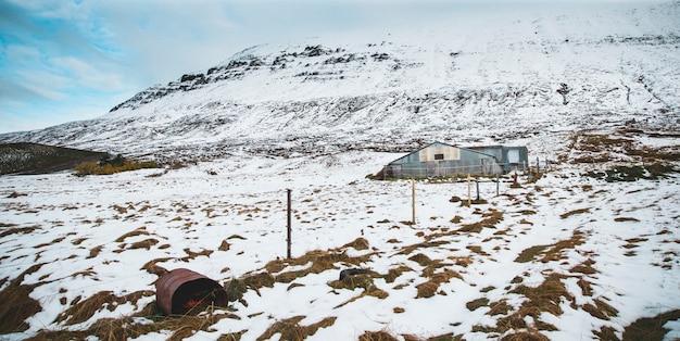 雪に覆われた高山の風景