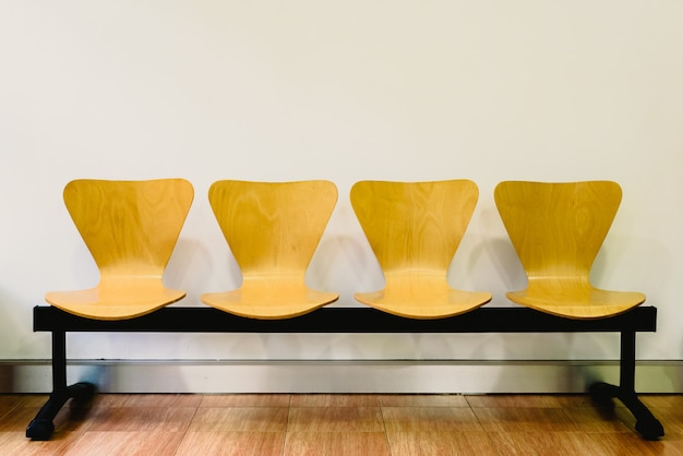 空の木の椅子、待っていると時間の経過、テキスト用の空き容量のある待合室