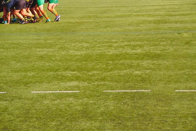 Совместная работа группы игроков в регби сошлись в одном направлении.