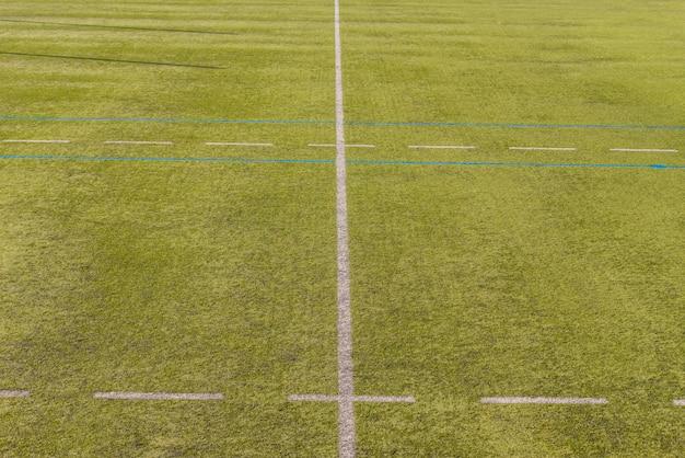 人工芝の競技場に白い線。