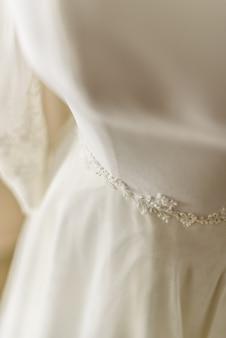 Свадебное платье помещают в манекен, готовый нарядить ее невесте.