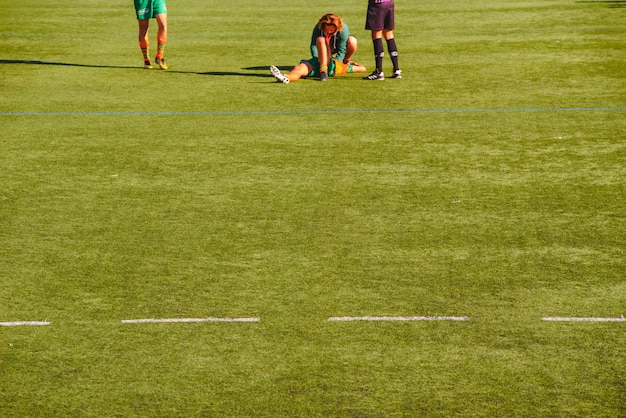 Врач посещает раненого игрока в регби.