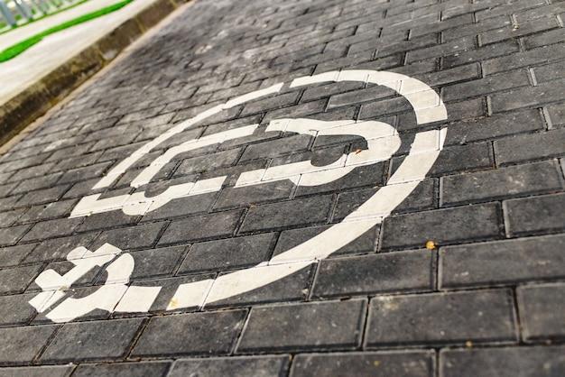 ヨーロッパのスーパーマーケット駐車場における無料電気自動車充電ステーションの道路標識