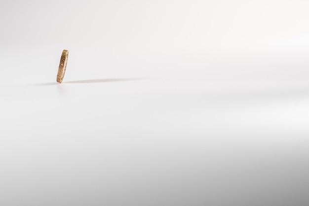 分離された、白い背景の上に落ちてイギリスポンド硬貨