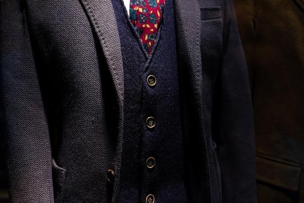 成熟したビジネスマンのベストとウールのジャケットとエレガントなスーツ。