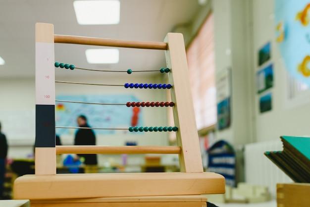 子供たちの足し算と引き算、モンテッソーリ教育を数えることを学ぶ木製のそろばん。