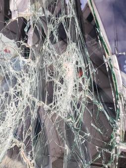 Лобовое стекло автомобиля разбито камнями вандалами.