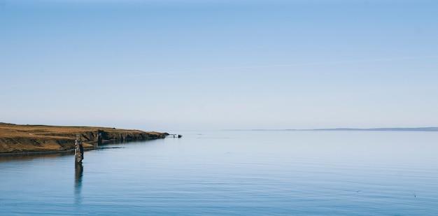 リラックスした休暇を探している人のための静かな海の絵の静かなイメージ。