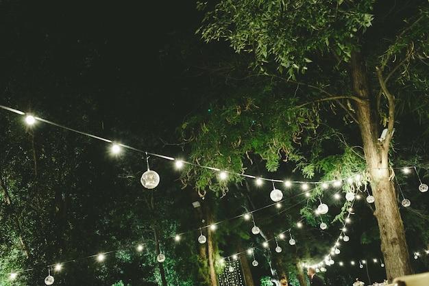 夜の結婚式のための美しい装飾