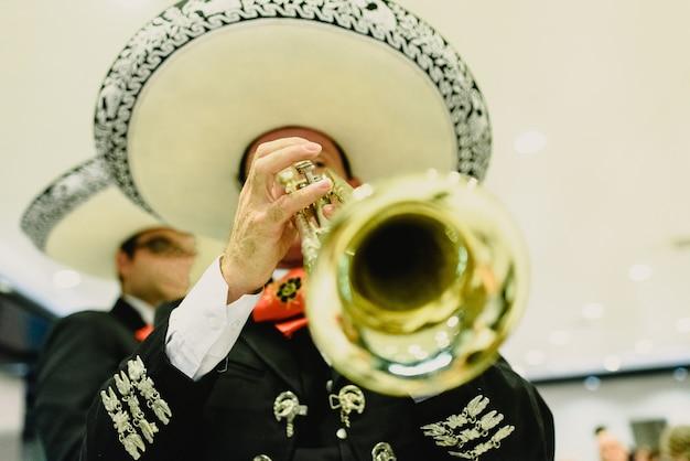 彼のトランペットとギターを持つメキシコのミュージシャン