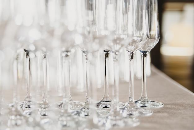 レストランで空と透明のシャンパングラスのグループ。レストランで空と透明のシャンパングラスのグループ。