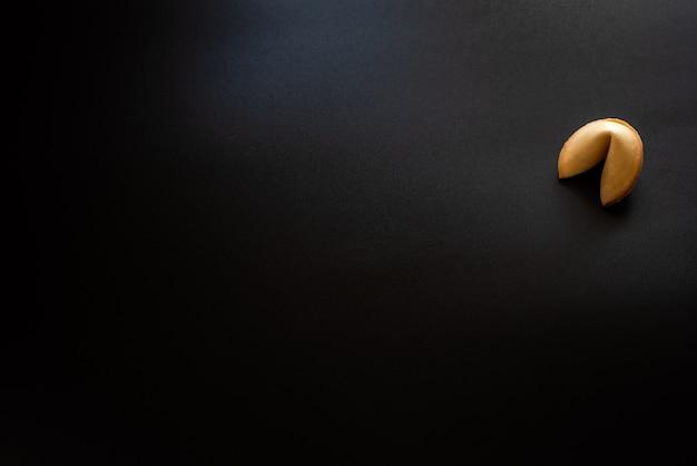 黒い背景にフォーチュンクッキー。
