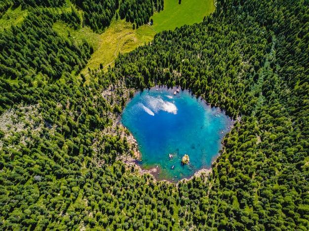 高山の間の青い湖の空中写真。